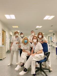 Fialisa (jilbab abu abu) berfoto dengan para perawat saat hari terakhir rotasi di PICU (Pediatric Intensive Critical Unit), Hospital Universitario Central de Asturias (HUCA), Spanyol, Juni 2021
