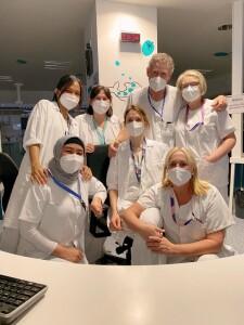 Fialisa (jilbab abu abu) berfoto dengan para perawat saat hari terakhir rotasi di NICU (Neonatal Intensive Critical Unit), Hospital Universitario Central de Asturias (HUCA), Spanyol, April 2021
