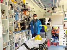 Fialisa berfoto di Ambulancia 112 SAMU Asturias (Servicio de Asistencia Médica Urgente)
