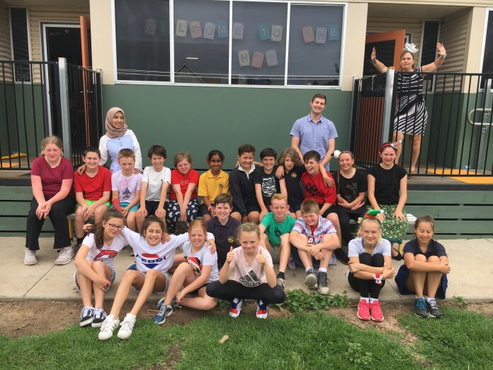 Restika Syarah dengan murid-murid di Little River Primary School, Australia. Sumber: Dokumentasi pribadi