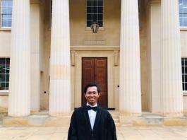 Afrizal berfoto di depan Library Downing College, University of Cambridge