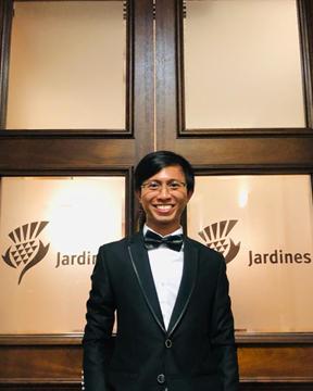 Afrizal mengabadikan moment sebagai awardee Jardine Scholarship di acara dinner bersama Jardines Executive dan awardee lainnya