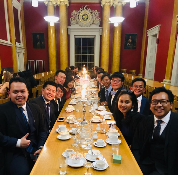 Momen Afrizal setelah dinner hall bersama dengan teman-teman PPI Cambridge