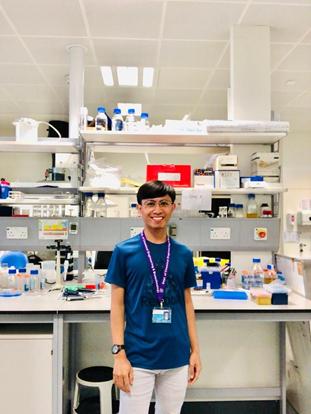 Afrizal mengerjakan master thesisnya di laboratorium Analytical Biotechnology, University of Cambridge