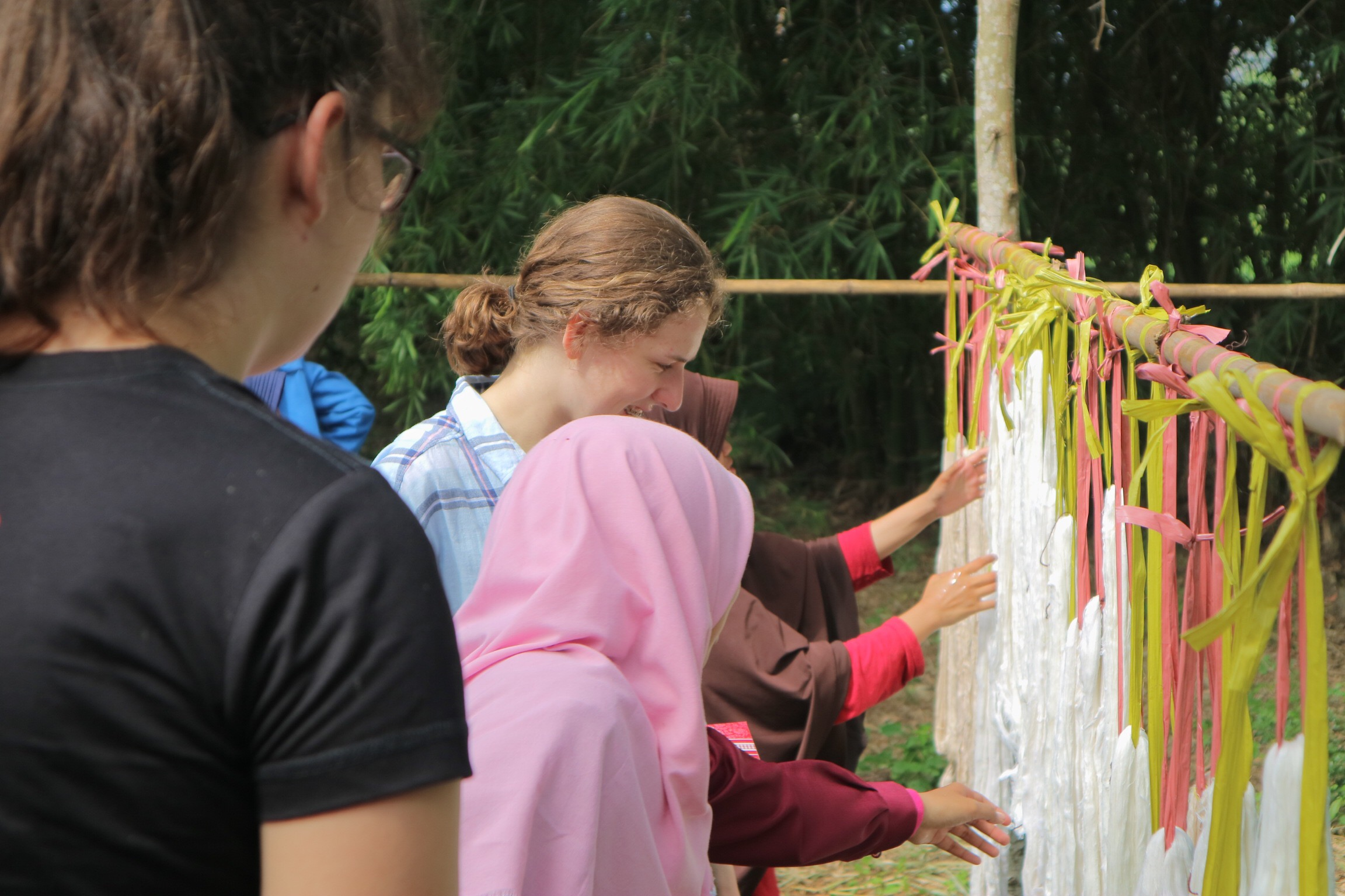Tourists are observing the eco-thread colouring process. Source: TETE Bridging Future
