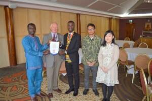 Bersama tiga mahasiswa internasional lain yang hadir di International Night Rotary Club di Formby. Sumber foto: Champnews