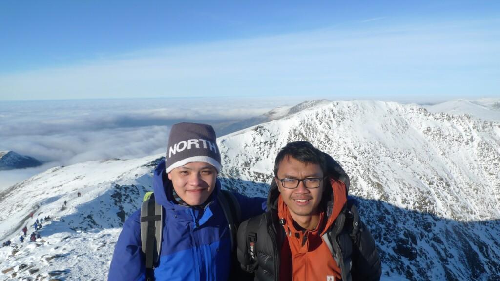 Di puncak Snowdonia bersama classmate terdekat saya