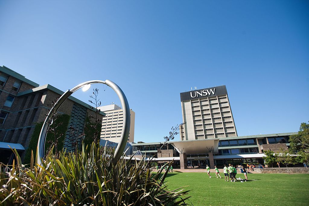 UNSW Library Lawn with clock and library tower. Sumber: UNSW Flickr